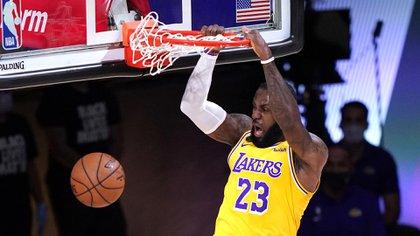 James terminó con 15 puntos y 12 asistencias en el triunfo de los Lakers ante Denver en el inicio de la final del Oeste (AP Photo/Mark J. Terrill)