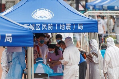 Personas hacen fila para realizarse tests luego de un aumento inesperado en los casos de la enfermedad por coronavirus (COVID-19) en Beijing, China, el 15 junio del 2020 (Reuters/ Thomas Peter)