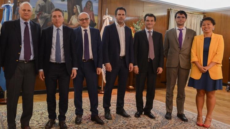 El ministro Nicolás Dujovne y Guido Sandleris, del FMI, junto a Alejandro Werner, Roberto Cardarelli y otros funcionarios del FMI