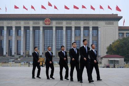 Agentes de seguridad custodian la Plaza Tiananmen en la previa del XIX Congreso del PCCH (AFP)