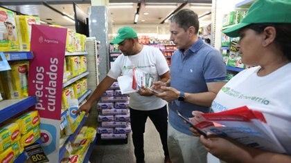 Fernando Gray, intendente de Esteban Echeverría, chequeando los precios en un mercado.