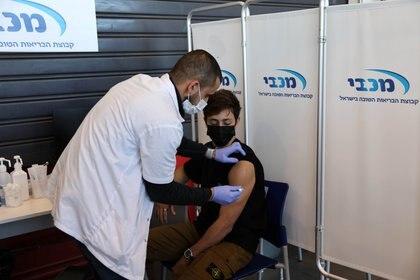Un adolescente israelí recibe la vacuna contra el COVID-19. Foto: REUTERS/Ronen Zvulun