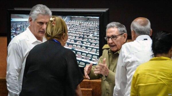 Díaz-Canel y Raúl Castro en la Asamblea Nacional (Foto: Martí Noticias)