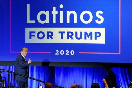 El presidente Donald Trump hace una señal de aprobación a la audiencia en un foro de Latinos por Trump, el lunes 14 de septiembre de 2020, en Phoenix. (AP Foto/Ross D. Franklin)