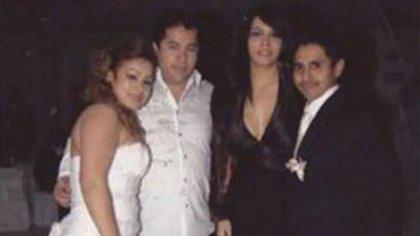 """""""El Lazca"""" (de camisa blanca) en una de sus últimas fotografías (Foto: archivo)"""