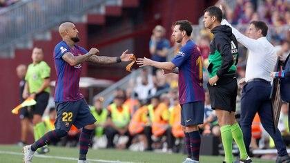 El chileno le entrega la cinta de capitán a Messi (Foto: Reuters)