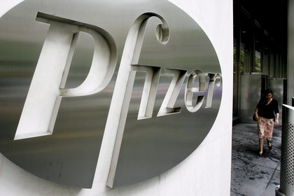 Photo of the logo of the American company Pfizer at the company's world headquarters in New York (United States) (Photo: EFE / Justin Lane / File)
