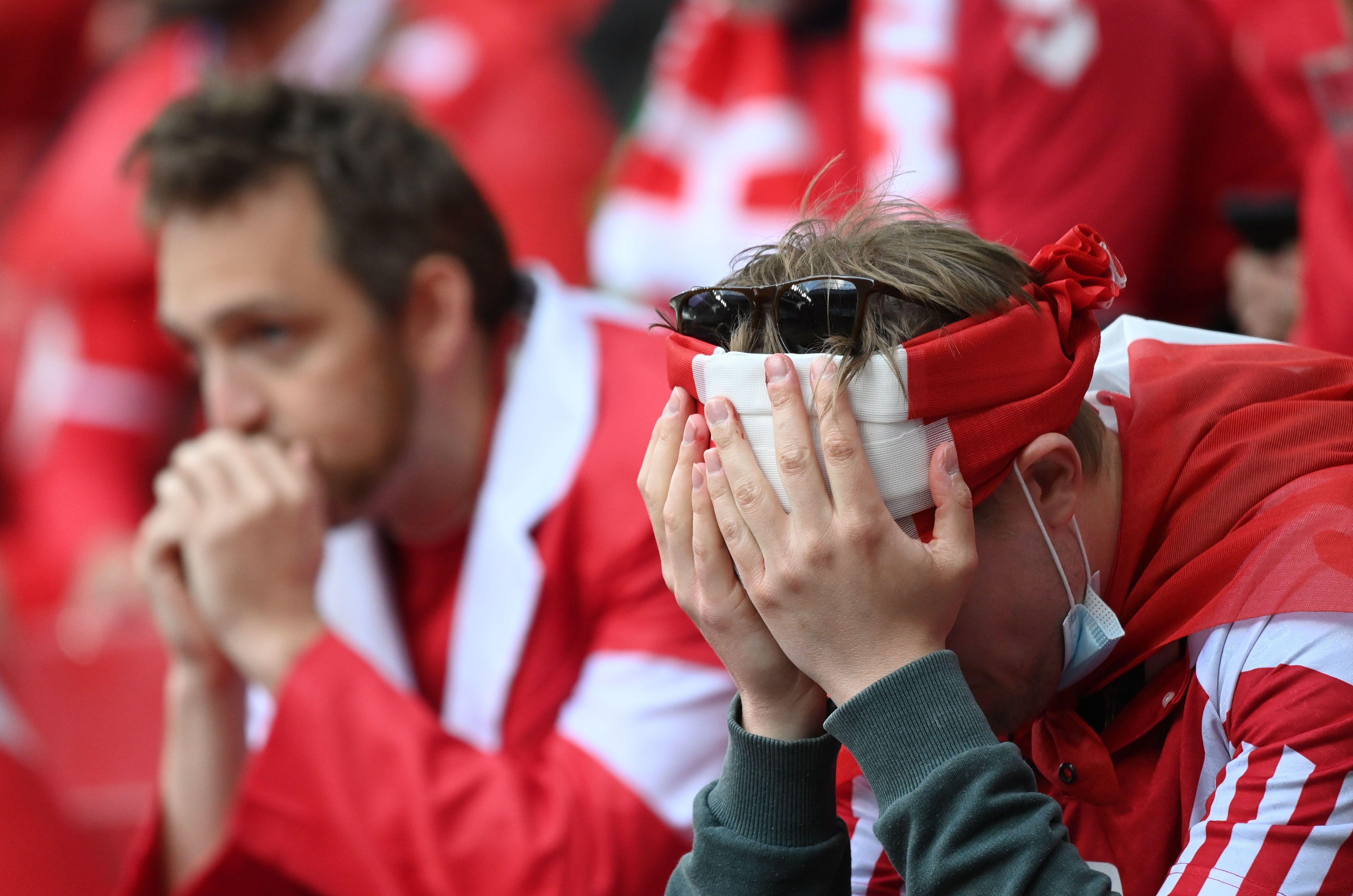 Los hinchas en el estadio, preocupados por Christian Eriksen   (REUTERS/Jonathan Nackstrand)