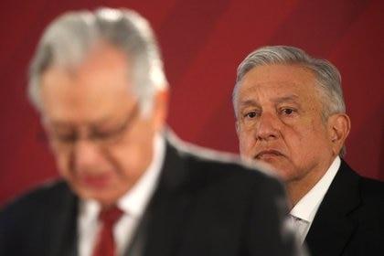 El presidente Andrés Manuel López Obrador firmó un decreto para que el gobierno federal pudiera adquirir de manera directa y sin licitaciones equipo médico (Foto: REUTERS/Edgard Garrido)