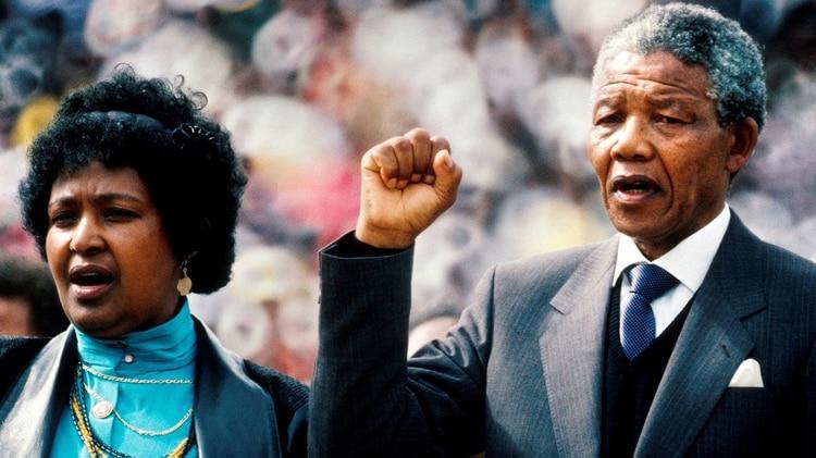 Nelson Mandela junto a su entonces mujer, Winnie Mandela, durante un multitudinario acto de bienvenida a Mandela, tras 27 años de cárcel, en el estadio St. Jonhatan Soweto, Sudáfrica, el 13 de febrero de 1990 (EFE)