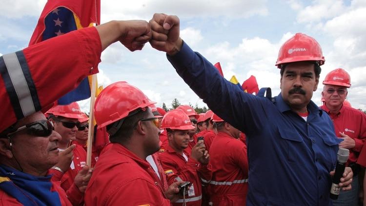 Nicolás Maduro junto a trabajadores de PDVSA