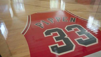 En el parquet de la cancha que tiene Pippen en su casa está estampada su camiseta 33 de los Bulls