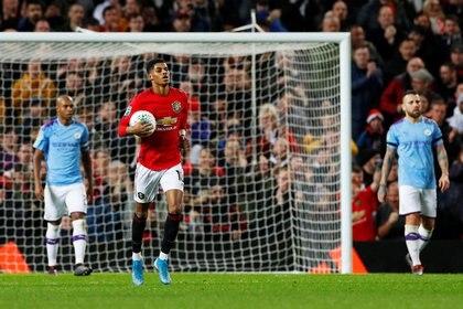 Marcus Rashford corriendo con el balón bajo el brazo en un clásico entre el Manchester United y el City (REUTERS)