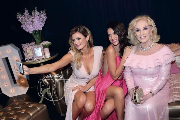 Paula y Zaira no se perdieron la selfie con Mirtha.