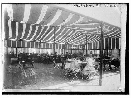 Las primeras escuelas de aire fresco en Nueva York fueron un éxito. En dos años había 65 escuelas al aire libre en todo el país.(Biblioteca del Congreso)