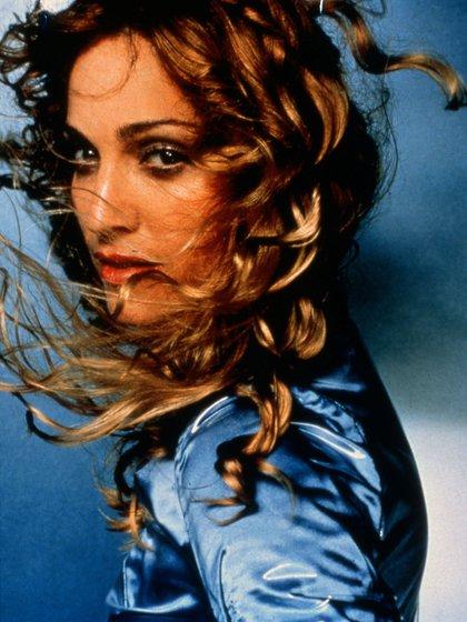 7.A fines de la década del 90, con pelo castaño y rulos. La foto pertenece a su séptimo álbum de estudio Ray of Light.