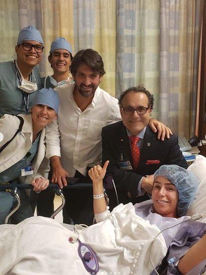 Inés Gómez junto a su esposo y el doctor Quiñones, luego de que le retiraran un tumor en el cerebro (IG: inesgomezmont)