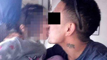 Una imagen de su cuenta en Facebook: J.A.C. junto a su hija de seis años