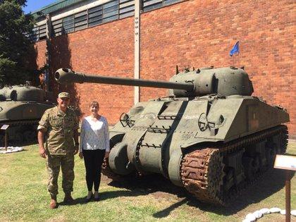 La embajadora Aleksandra Piątkowska y el General de Brigada Sergio Javier Pucheta, junto a un tanque Sherman argentino en el comando de Arsenales del Ejército Argentino (Crédito: Embajada de Polonia en Buenos Aires)