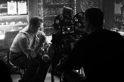 """Fotografía cedida por Netflix donde aparece el actor Gary Oldman (i) mientras habla con el director David Fincher (d), durante el rodaje de una escena de la película """"Mank"""" que se estrenará el 4 de diciembre (Foto: EFE/Nikolai Loveikis/Netflix)"""