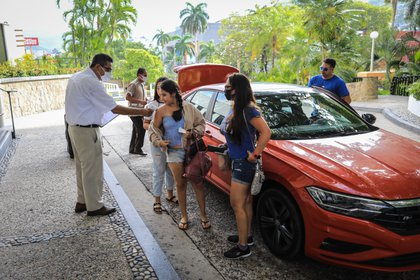 Photograph dated June 2, 2020 showing tourists as they arrive at hotels and beaches of the Acapulco resort in the state of Guerrero, Mexico 3 July 2020. Acapulco, iconic resort of the Mexican Pacific, resumes its activity this July with the expected reopening of beaches and the desire to regain its shine after three months in quarantine. EFE/David Guzman.