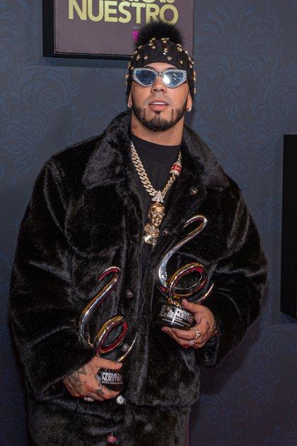 El cantante puertorriqueño Anuel posa con sus dos premios Lo Nuestro, el 21 de febrero de 2020, en el American Airlines Arena de la ciudad de Miami (EE.UU.). EFE/ Giorgio Viera/Archivo