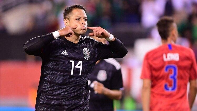 """Javier """"Chicharito"""" Hernández festejando su gol número 52 con la playera de la selección mexicana. (Foto: Twitter)"""