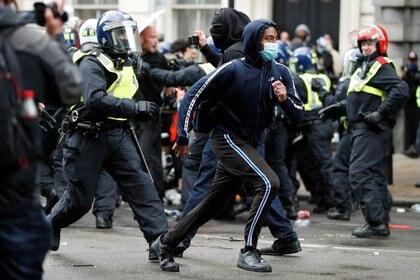 Choques entre la policía y manifestantes en la protesta contra el racismo en Londres REUTERS/John Sibley