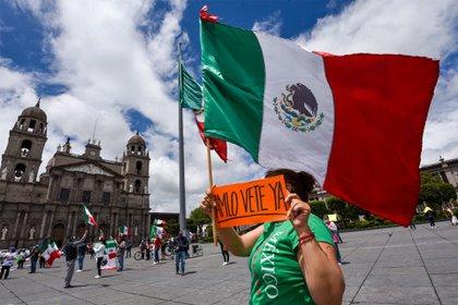 Cientos de automovilistas realizaron una caravana por las principales calles del centro de Monterrey para manifestarse contra Andrés Manuel López Obrador. El contingente fue organizado por el FRENAA (Foto: Gabriela Pérez Montiel/Cuartoscuro)