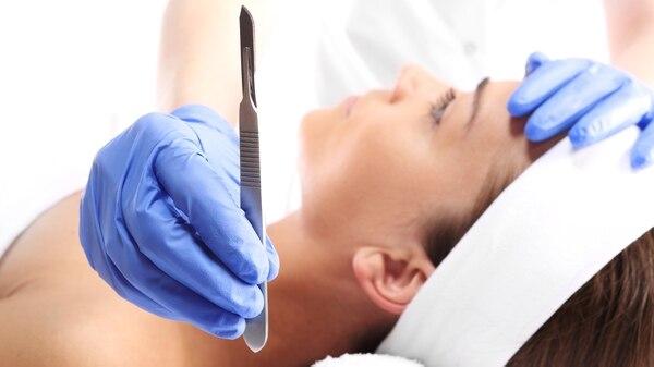 Las mujeres y los hombres tienen una obsesión por lograr tener un estereotipo de belleza perfecto y concurren a la medicina estética (iStock)