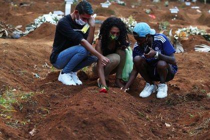 Familiares de víctima de Covid-19 lloran en entierro en cementerio de São Paulo 23/03/2021 REUTERS/Amanda Perobelli