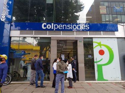 Personas esperan frente a una oficina del estatal fondo de pensiones Colpensiones en Bogotá, Colombia, 12 de junio, 2020. REUTERS/Luis Jaime Acosta.