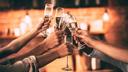 El festejo puede terminar mal si no se tienen algunos cuidados al momento del brindis (Getty)