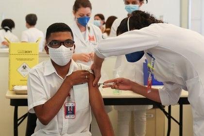 Un trabajador de la salud recibe la vacuna Sinovac contra el coronavirus en el Hospital das Clínicas de San Pablo, Brasil (Reuters)