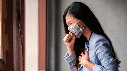 Tanto el COVID-19 como el resfrío común están causados por virus. El primero de estos es ocasionado por el SARS-CoV-2, mientras que el resfrío común, en su mayoría, por los rinovirus (Shutterstock)