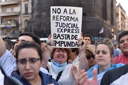 Frente al Congreso, cientos de personas se manifestaron contra el proyecto (Foto: Franco Fafasuli)