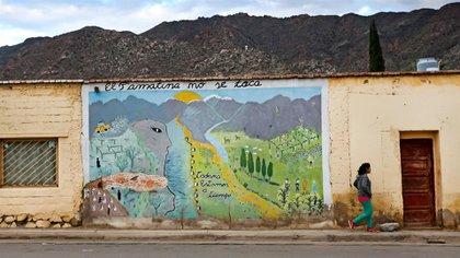 """En la calle principal de la ciudad, un mural reza """"El Famatina no se toca"""", acompañado por un mensaje esperanzador: """"Todavía estamos a tiempo"""""""