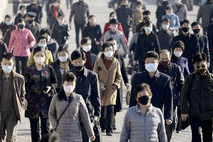 Transeúntes con mascarillas en Pyongyang (Kyodo/Reuters)