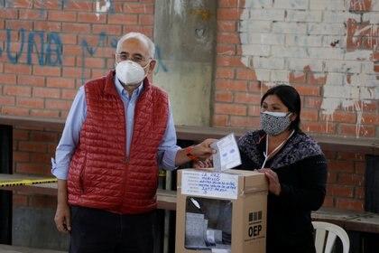 Carlos Mesa votó en La Paz