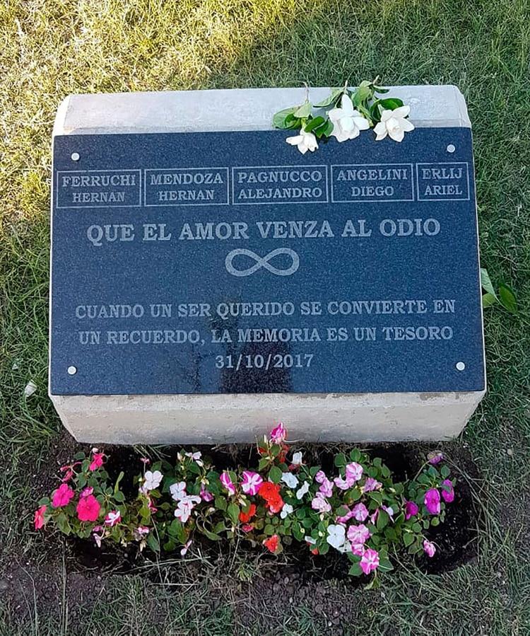 Una plaqueta conmemorativa a los cinco argentinos asesinados en un acto terrorista en Nueva York