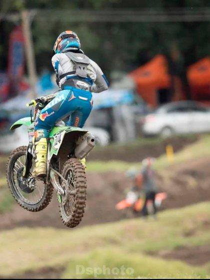 En el aire con su moto (weyzapata124).