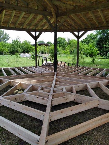 En esta construcción, hay mezcla constructiva. Bases de hormigón, columnas de madera, techo de chapa y paredes de barro