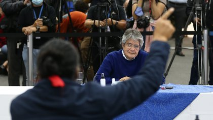 Los candidatos presidenciales en Ecuador Guillermo Lasso (d) y Yaku Pérez (i) fueron registrados este viernes al intervenir ante el Consejo Nacional Electoral, en Quito (Ecuador). EFE/José Jácome