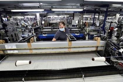 Foto de archivo de un trabajador en una fábrica textil en Valdilana, cerca de Biella, en el norte de Italia. Oct 8, 2020. REUTERS/Flavio Lo Scalzo