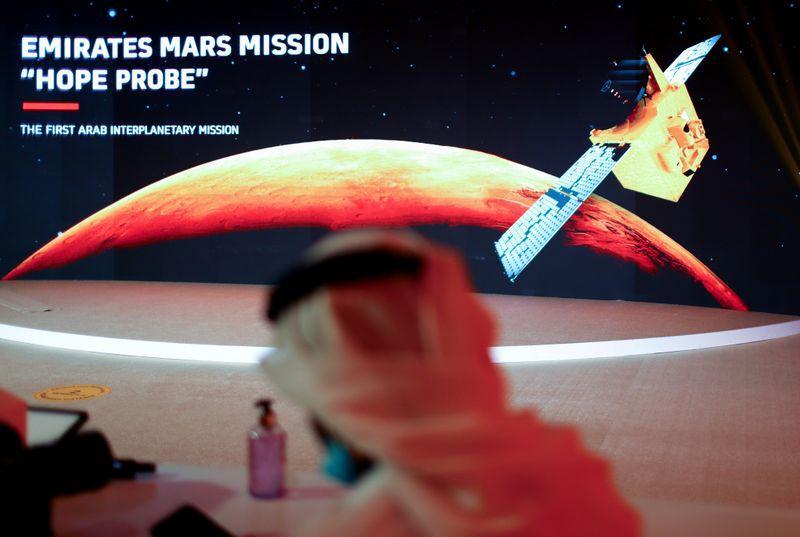 Una representación de Marte y la sonda Hope se ve en el Centro Espacial Mohammed bin Rashid antes de su lanzamiento desde la isla Tanegashima en Japón, en Dubái, Emiratos Árabes Unidos, 19 de julio de 2020. REUTERS/Ahmed Jadallah