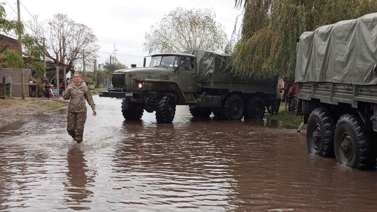 El ejército uruguayo asistiendo a la población afectada por las inundaciones (@EjercitoUy)