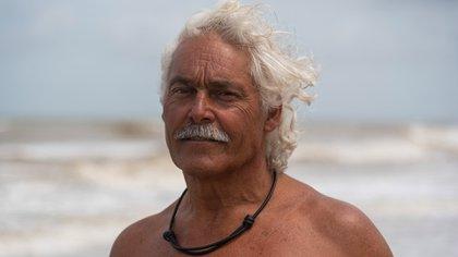"""""""Hay que tener huevos para ser guardavidas en el mar argentino porque es bravo"""", dice el Ronco, cuyo nombre real y edad son un misterio (Diego Medina)"""