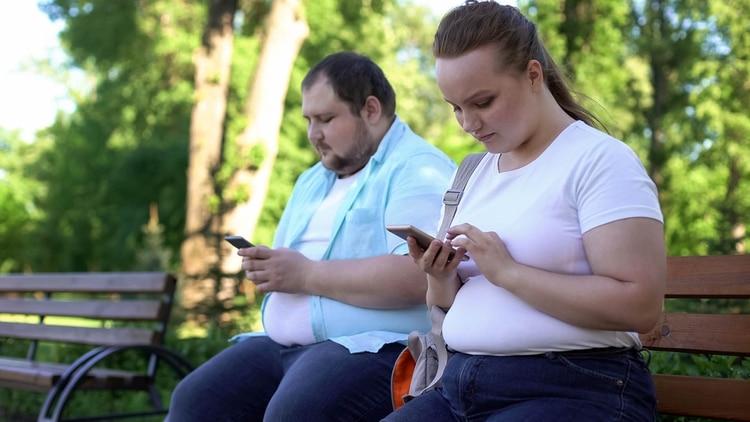 En varios hospitales alrededor de Estados Unidos las cifras arrojaron resultados similares a las conclusiones vertidas por Cingolani en Lancet, por lo que se puede definir a la obesidad como un valor subestimado entre los factores de riesgo para COVID-19. Este riesgo es relevante en los Estados Unidos porque la prevalencia de obesidad es de alrededor 40%, versus una prevalencia de 6.2% en China, 20% en Italia y 24% en España. (Shutterstock)