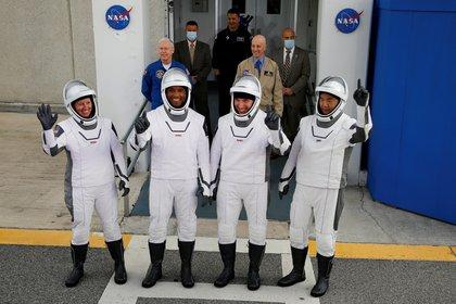 Los miembros de la tripulación de un cohete SpaceX Falcon 9, comandante Mike Hopkins, Victor Glover, Shannon Walker y el astronauta japonés Soichi Noguchi, hacen un gesto mientras parten hacia la plataforma de lanzamiento para la primera misión operativa de la tripulación comercial de la NASA en el Centro Espacial Kennedy en Cabo Cañaveral, Florida (Reuters/ Joe Skipper) (TPX IMAGES OF THE DAY)
