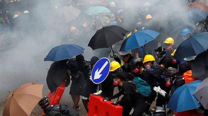 Manifestantes reaccionan después de que la policía disparó gas lacrimógeno durante una protesta en Hong Kong, China, el 31 de agosto de 2019 (REUTERS/Kai Pfaffenbach)